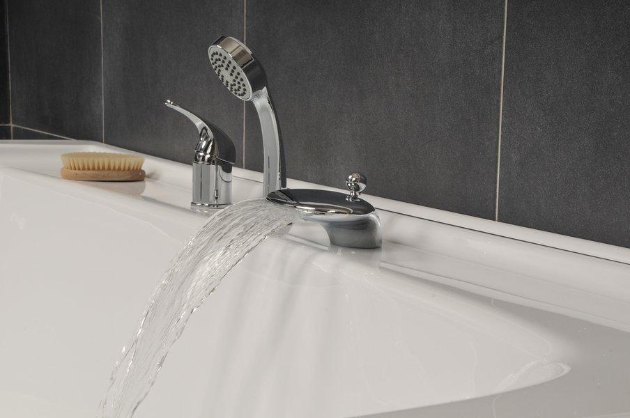 A kádra szerelhető vízesés csaptelep látványos és kellemes módja a fürdőzésnek.